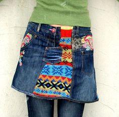 Fantasie-Flickwerk recycelt Minirock. Hergestellt aus recycelten Pullover, Fdenim und Denim Jeans bestickt. Hüftumfang wärmer! Sehr nützlich und komfortabel. Mit Hosen perfekt. Hippie Boho Stil. Eine von einer Art.  Größe: M-L (Europäische 38-40) Ein wenig streching Uper Linie (Taille Ebene oder uper Hüften) 32-34 Zoll Hüften max 40 Zoll (101 cm) Länge ca. 16-Zoll (42 cm)