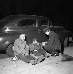 A police officer arrests two suspects on Christmas Eve in New York, Photo by Vivian Maier Vivian Maier, Famous Photographers, Street Photographers, Henri Cartier Bresson, Mafia Crime, Urban Photography, Minimalist Photography, Color Photography, Chicago
