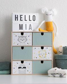 Die MOPPE Kommode ist auch perfekt für alle Kleinigkeiten am Wickeltisch oder im Kinderzimmer. Mit dem Stickerset der DRÖM Tiere wird es auch ein schönes Geschenk zur Geburt, an dem sich Baby und Eltern erfreuen. Weitere Motive zum Gestalten der MOPPE Kommode von IKEA gibt es in unserem Shop. Von Tafelfolie bis Muster ist fast für jeden die passende Idee dabei!