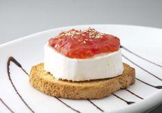 Txalupa  Queso de cabra con mermelada de tomate.  http://www.txalupa.com/