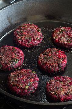 Rote Bete Patties für den Rote Bete Burger | gefunden auf handfulofrecipes.com