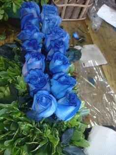 Feliz Miercoles amigos iniciamos el dia enviando arrreglo de amor en azul, porque hay enamorados que los prefieren antes...