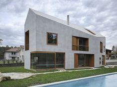 two-in-one-house, grijze gevel en dakbekleding + houten ramen met insprongen