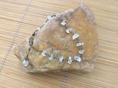 pulseira envelhecida,castroada com casalhos de pedra transparente.