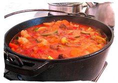 SE TAMATIE BREDIE 2 uie, gekap bees of skaapskenkel 1 kg wortels, gesny 1 blik tamaties tamatiepuree 1 koppie b.CONRAD SE TAMATIE BREDIE 2 uie, gekap bees of skaapskenkel 1 kg wortels, gesny 1 blik tamaties tamatiepuree 1 koppie b. South African Recipes, Ethnic Recipes, Nigerian Food, Exotic Food, Soul Food, Cooking Recipes, Yummy Food, Dishes, Banting