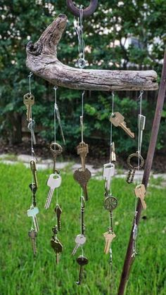 wind chime uses a mixture of new and old to create a whimsical style and su. - - Aktuelle Bilder types of Braids jewelryThis wind chime uses a mixture of new and old to create a whimsical style and su. - - Aktuelle Bilder types of Braids jewelry Diy Garden, Garden Crafts, Garden Projects, Garden Beds, Key Crafts, Diy And Crafts, Carillons Diy, Diy Wind Chimes, Homemade Wind Chimes