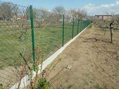 Praktické, lacné štvorhranné oplotenie s podhrabovou doskou proti podhrabaniu ideálne do záhrady. #board #mounting #stavba #doska plot #pletivo #oplotenie #montaz #gates #post #fence Poultry Equipment, Fence, Country Roads