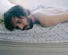 """01 deprimido : 1)""""Ele abriu os olhos e, assim que se conscientizou de sua existência, enfiou a cabeça debaixo do travesseiro. Não queria ter acordado jamais, queria ter ido dormir na noite anterior e ter ficado por lá, no mundo das irrealidades. Na verdade, ele preferia sequer ter nascido algum dia. Estava deprimido e, entediado, não foi trabalhar."""""""