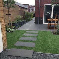 Kindvriendelijke tuin met kunstgras en grote tegels -