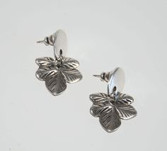 Thick silver plated zamak earrings, vintage style with simple design, leaf earrings, maple leaf earrings.silver color by OtroAccesorio on Etsy