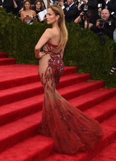 Jennifer Lopez looked hot, hot, hot at the Met Gala in NYC on Monday, flaunting her gorgeous figure in a stunning sequined Versace dress with sheer cutouts. Celebrity Dresses, Celebrity Style, Beyonce Pictures, Sheer Gown, Most Beautiful Dresses, Red Carpet Looks, Sexy Curves, Mode Style, Dress To Impress