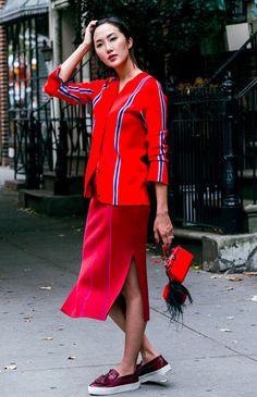 Look de street style vermelho com listras. Camisa, saia midi, loafer e mini bolsa.