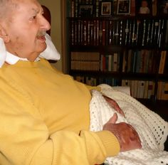 Abuelo con la manta de ganchillo de abuela