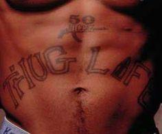 """7 - T.H.U.G. L.I.F.E. - Esta é sem dúvida a mais famosa das tatoos do rapper e pode ser entendida de duas formas: """"THUG LIFE"""" Vida bandida mas também é um acrônimo da frase """"The Hate U Gave Little Infants Fucks Everybody"""" ou seja: """"O ódio que você dá as criancinhas fodem a todos""""."""