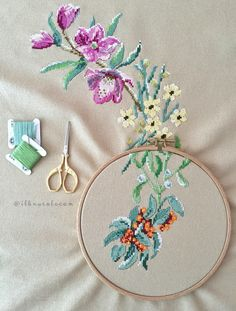 This Pin was discovered by Ner Cross Stitching, Cross Stitch Embroidery, Mantel Redondo, Darning, Cross Stitch Flowers, Sewing Hacks, Sewing Tips, Needle And Thread, Needlepoint