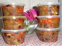 Ingredientes: 3 beringelas médias , 3 cebolas , 1 pimentão verde , 1 pimentão amarelo , 1 pimentão vermelho , 100 g de azeitona verde em pedacinhos , 100 g de azeitona preta em pedacinhos , 100 g de uva passas , 1 vidro pequeno de molho inglês , 1 vidro pequeno de molho de alho , 1 lata pequena de azeite , 1 colher de sobremesa de sal ,