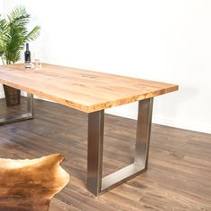 Der Esstisch aus Massivholz wird aus Schweizer Holz nach Kundenwunsch hergestellt. Dining Table, Furniture, Home Decor, Types Of Wood, Swiss Guard, Oak Tree, Rustic, Eten, Decoration Home