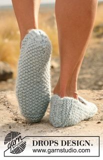 """DROPS 129-17 - Knitted DROPS slippers in seed st in """"Eskimo"""". - Free pattern by DROPS Design"""