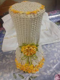 Capa de liquidificador com flor amarela em crochê