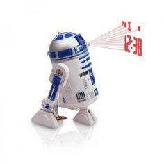 Gadget fun par excellence, le réveil projection R2D2 va rendre les fans de la saga Star Wars histériques ! Totalement original, celui-ci vous permettra de vous réveiller de la plus droïdisée des façons puisque celui-ci projettera l'heure au plafond... N'est-ce pas le gadget fun de l'année ? Pinklemon, le zeste de gadget fun... Mais pas que : www.pinklemon.fr !