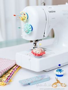 Mobile pin cushion for your sewing machine - Seamstresses and seamstresses! A new very practical and original DIY to use in your sewing machines - Sewing Hacks, Sewing Crafts, Diy Couture, Sewing Box, Sewing Studio, Sewing Rooms, Sewing Accessories, Sewing Projects For Beginners, Pin Cushions