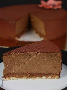 Ce savoureux entremets est composé d'un biscuit dacquoise (pour le moelleux), d'un praliné feuilleté (pour le croustillant) et d'une mousse au chocolat (pour la douceur). Et on peut vous dire que la combinaison de ces 3 textures est juste sublime et que la dégustation fut royalement bonne.  #entremets #biscuit #dacquoise #praliné #feuilleté #croustillant #mousse #chocolat #dessert #feeriecake Yummy Recipes, Dessert Recipes, Yummy Food, Biscuits Croustillants, Dacquoise, Dire, Cake Ideas, Cheesecake, Cooking