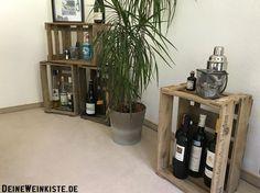 Weinkisten (mit Anti-Hozwurm-Wärmebehandlung) für Flaschen mit Pflanze als Deko-Elemente im Wohnzimmer