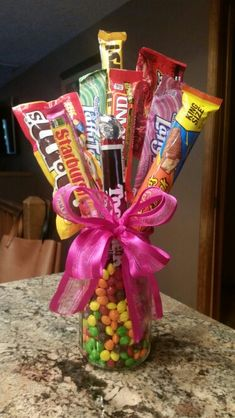Christmas DIY: Candy bouquet mason Candy bouquet mason jar and skittles hot glue candy to dowels Candy Boquets, Candy Bouquet Diy, Gift Bouquet, Candy Bouquet Birthday, Candy Arrangements, Candy Centerpieces, Homemade Gifts, Diy Gifts, Christmas Candy