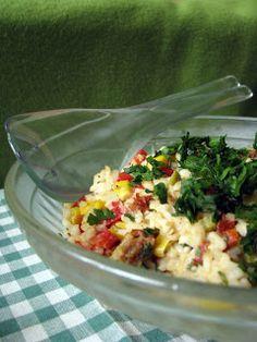 lekka sałatka z ryżem, kukurydzą, ogórkiem kiszonym i papryką
