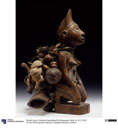 Female magic figure for pregnant women Robert Visser (1860-1937), collector 19th century  dating germ .: 19th century Congo (Democratic Republic) (country / region)  Loango (country / region)  Caio (ethnicity) Wood; Brass; Iron; Leather; plant fiber; Glass Object dimension: H: 23.5 cm
