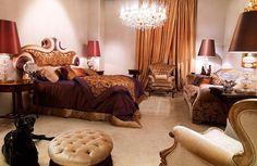 chambre style baroque et lit tapissé en satin doré à motifs floraux Baroque Bedroom, Motif Floral, Decoration, Motifs, Satin, Design, Furniture, Home Decor, Style