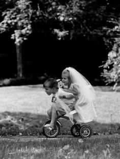 just married/young love. Black White Photos, Black And White Photography, Little People, Little Ones, Old Photos, Vintage Photos, Robert Doisneau, Young Love, Jolie Photo