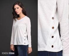 Un básico con detalles que lo hacen único. La Remera Yishai, de jersey melange, tiene en los laterales un particular aplique de arandelas metálicas. Encontrala en 4 delicados colores y 2 talles.