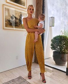 beauty routines of successful women: Rosie Huntington-Whiteley holding baby Rosie Huntington Whiteley, Rosie Whiteley, Inspiration Mode, Motivation Inspiration, Looks Chic, Successful Women, Celebs, Celebrities, Red Carpet Fashion