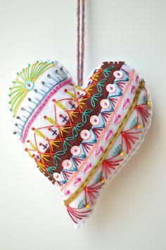 Coeur bohème n°8, coeur brodé à suspendre, coeur en feutrine, décoration de noël, : Accessoires de maison par les3sardines