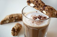 Skøn opskrift på sprøde biscotti, med mandler og chokolade. Italienske småkager, sprøde biscotti er perfekte til en kop kaffe -opskrift
