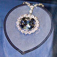 El Diamante Hope (también conocido como Diamante Azul o joya de mar y Diamante de la esperanza)2 es un diamante de color azul marino, con un peso estimado en 45.52 quilates.3 Su color es debido a la presencia de trazas de átomos de boro en su composición.  Con el paso del tiempo, se ha vuelto legendario por la supuesta maldición que alcanza a sus respectivos poseedores. Numerosos rumores señalan que es el culpable de las desgracias que les ocurrieron a cada uno de sus dueños.  El 10 de…
