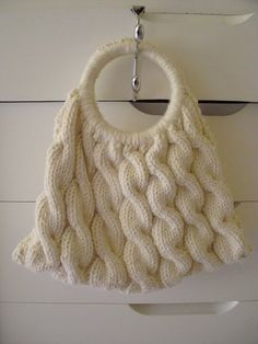 The cabled purse with ring handles: Free Pattern