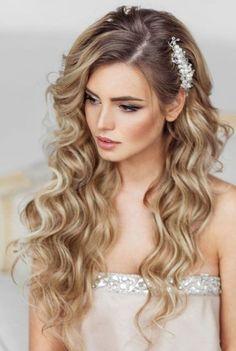 10 Acessórios para cabelo de noiva e Make-Up perfeitos para casamentos. Maquiagem para noivas e acessórios de cabelo e penteados para noiva que adoramos. Noiva com cabelo longo e solto loira e com acessório de cabelo de lado.
