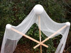 to Make a Life-Size Halloween Ghost A DIY Halloween ghost is draped with gauze for a spooky front yard decoration.A DIY Halloween ghost is draped with gauze for a spooky front yard decoration. Halloween Prop, Halloween Mignon, Casa Halloween, Homemade Halloween Decorations, Halloween Party Decor, Halloween Costumes, Paper Halloween, Disneyland Halloween, Halloween Crafts
