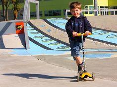 Hulajnoga trójkołowa Mini Micro to genialny środek lokomocji dla najmłodszych dzieci. Dzięki zamontowaniu dwóch kółek z przodu oraz jednemu z tyłu jest stabilna a zarazem uczy utrzymania równowagi poprzez spryty system skrętu kierownicy. Ta genialna hulajnoga przeznaczona jest dla dzieci ważących nie więcej niż 20 kg. http://www.aktywnysmyk.pl/75-hulajnoga-mini-micro
