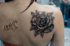 Татуировка с изображением чёрно-белой розы в стиле чикано
