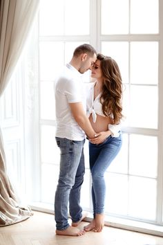 Studio Maternity Shoot, Indoor Maternity Photography, Pregnacy Fashion, Couple Pregnancy Photoshoot, Stylish Maternity, Maternity Pictures, Outfit, Maternity Looks, Maternity Photo Shoot
