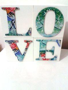 Lindos cubos com as quatro letras da palavra LOVE. <br>Técnica em decoupage. <br>Pode ser usada para decorar ou presentear.