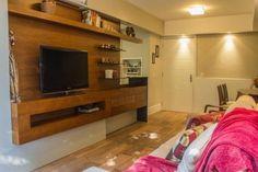 Sala de estar pequena com moveis de madeira de Bloco Z Arquitetura - 29227 no Viva Decora Decor, Home, Home Theater, Sweet Home, Little House, Sala, Furniture, House, Best Home Theater
