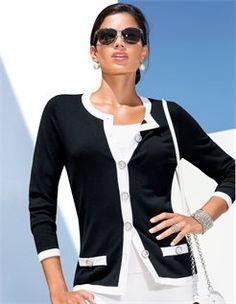 Strickjacke mit Kontrastblenden, Sonnenbrille mit Metallrahmen, Kleine Handtasche mit Kette, Breiter Armreif