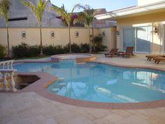 Residential Pool Piscina residencial de forma irregular con jacuzzi, asoleadero húmedo y bancos de acuabar.   351 - Mexico DF.