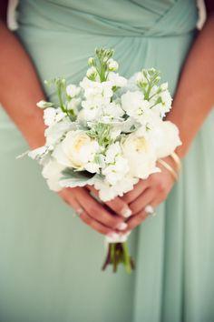 Prachtige mintgroene #bruidsmeisjes jurk & een mooi wit #bruidsboeket zijn een super combinatie! Vindt je ook niet?
