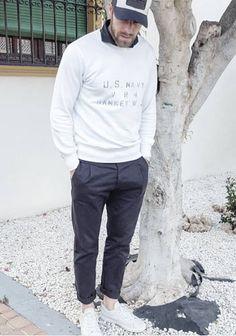 【大人休日】白スウェット×紺チノパン×白スニーカーの着こなし(メンズ)   Italy Web