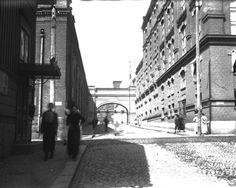 Finlaysonin katunäkymä 1910-luvulla, vasemmalla Plevna, oikealla Siperia (kehräämö). Kuva: Vapriikin kuva-arkisto | Finlayson rakennutti 1877 uuden suuren kutomon, Plevnan. Sen olivat suunnitelleet kaupunginarkkitehti F.L. Calonius ja Georg Cunliffe. Plevna aloitti puhtaaksimuuratun tiilen aikakauden Tampereella. Finlayson oli ennen rapannut tehtaansa valkoisiksi, mutta Plevnan jälkeen rakennusten julkisivut pysyivät paljaina. 2nd City, Finland, Georgia, Scenery, Street View, Historia, Landscape, Landscapes, Paisajes